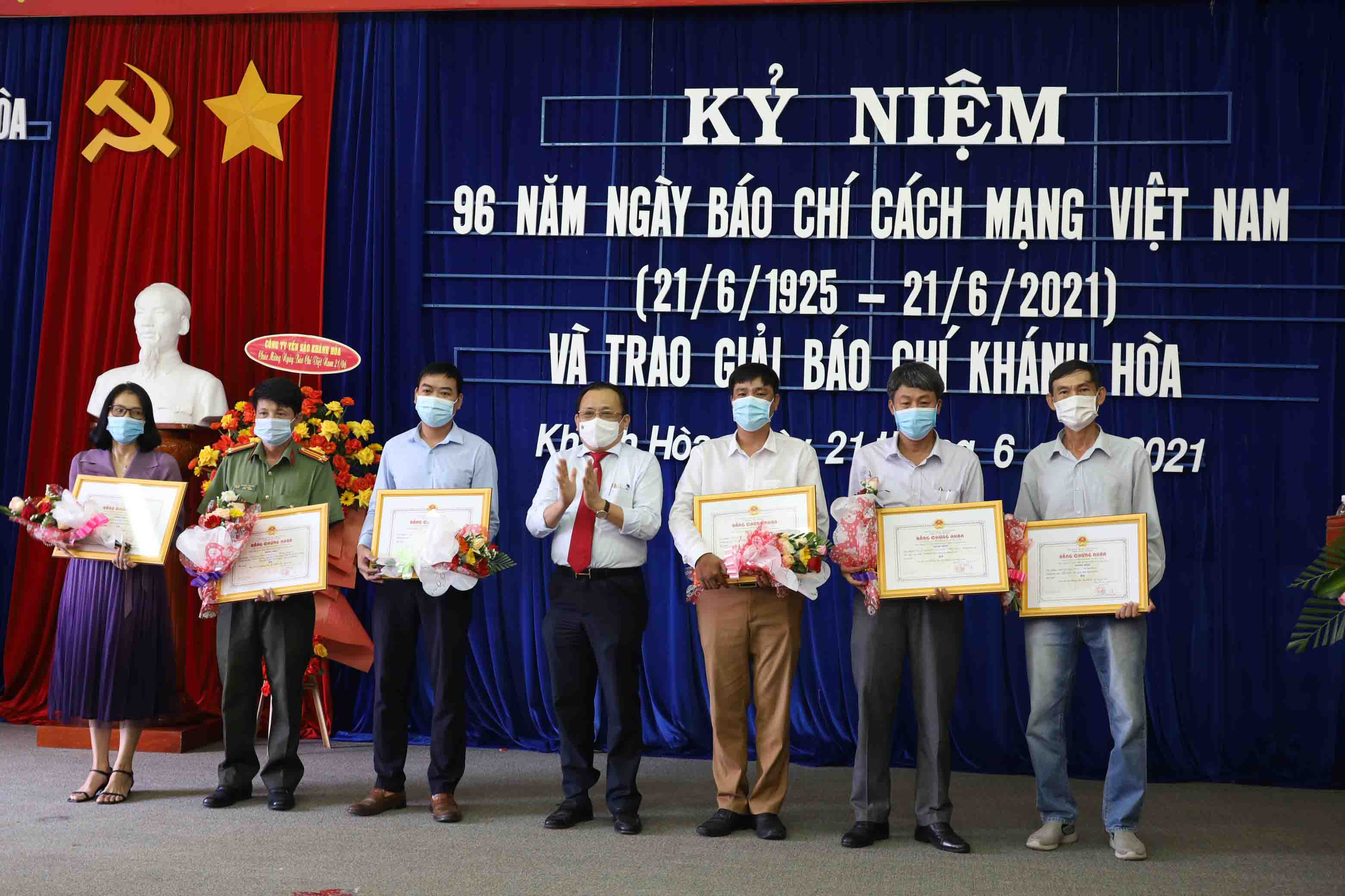 Le Huu Hoang presenting prizes to third-prize winners