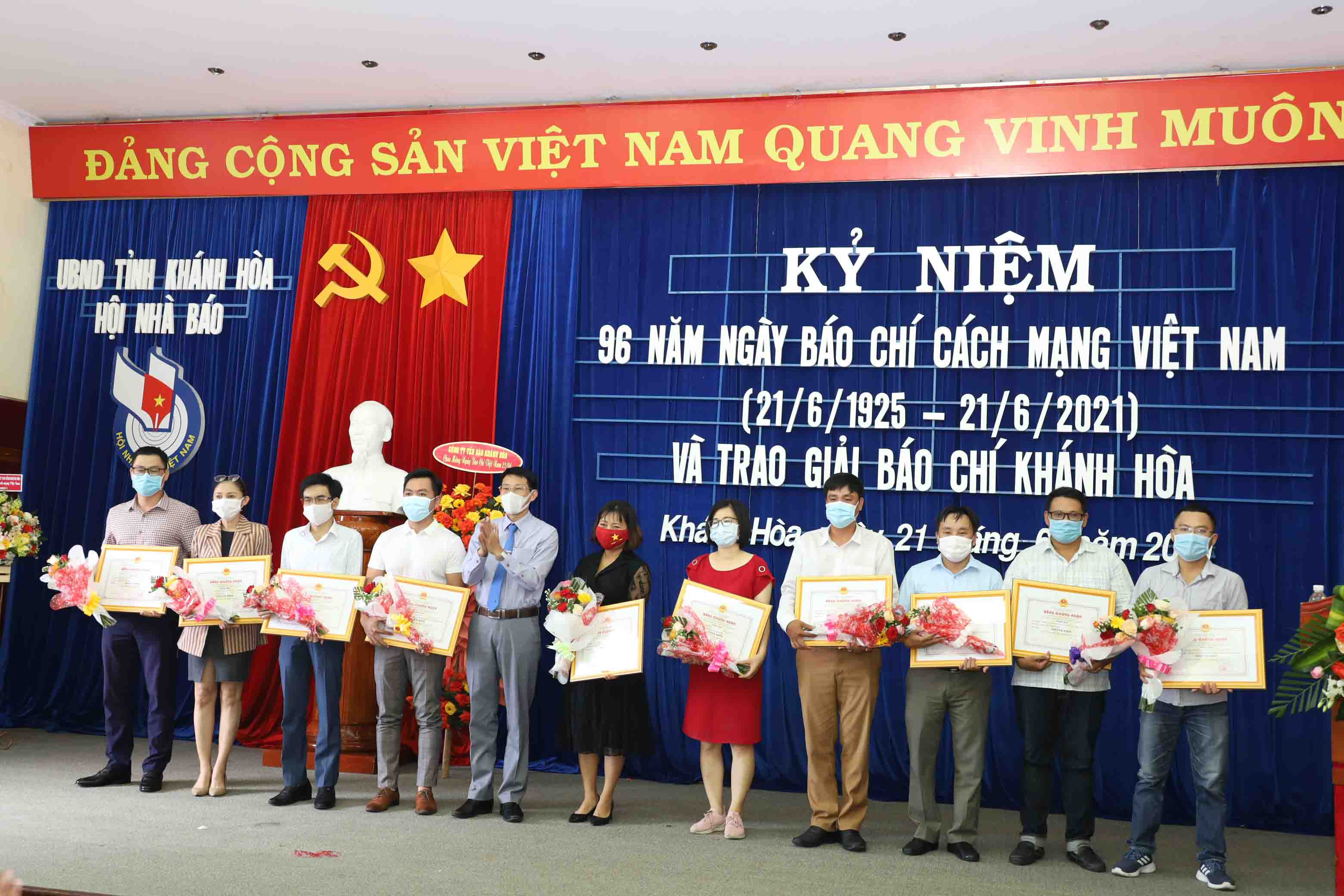 Dinh Van Thieu giving consolation prizes to journalists and groups of journalists