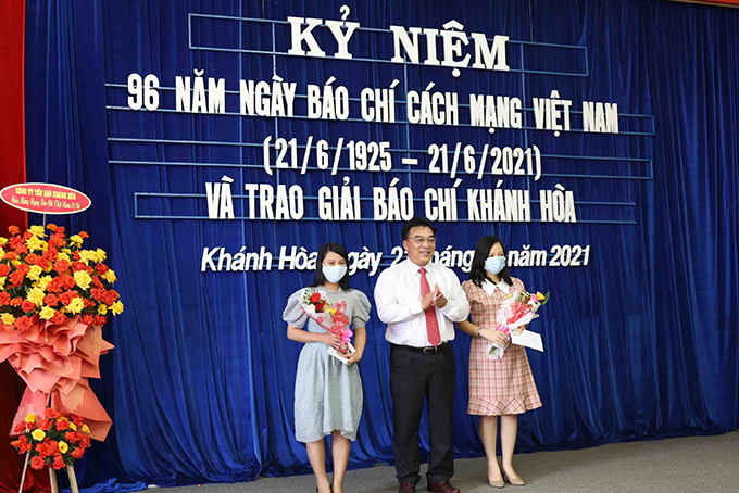 Leader of Khanh Hoa Provincial Journalists' Association offering certificates of admission to new members
