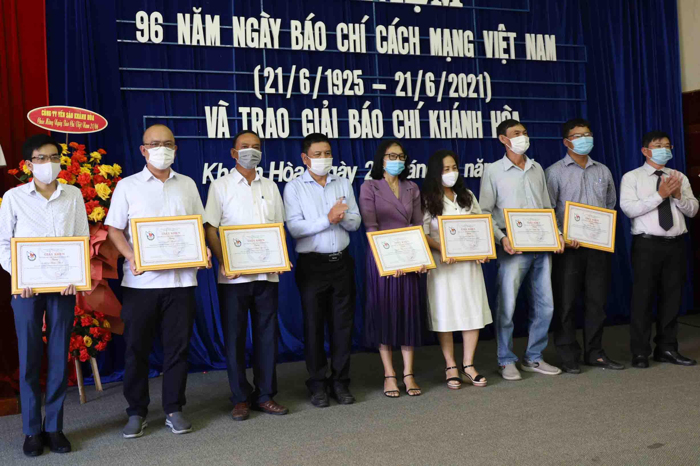 Leadership of Khanh Hoa Provincial Journalists' Association offering certificates of merit to outstanding members