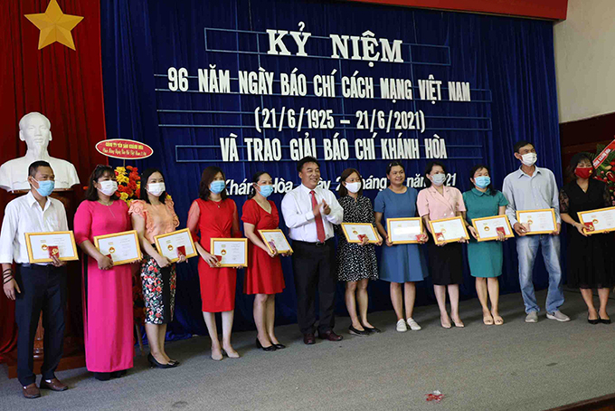 """Leader of Khanh Hoa Provincial Journalists' Association presenting commemorative medals  """"For the cause of Vietnam's journalism """" to members"""