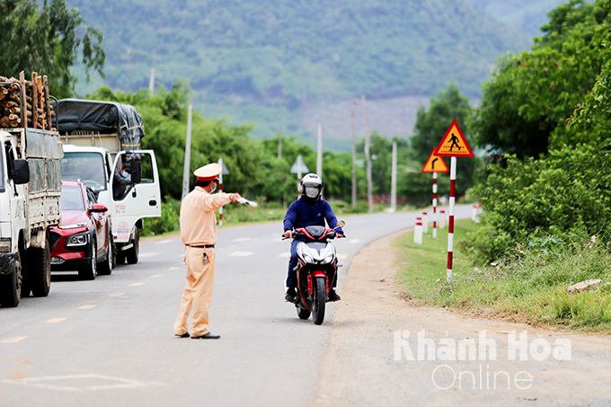 Functional forces checking vehicles entering Khanh Hoa from other provinces and cities