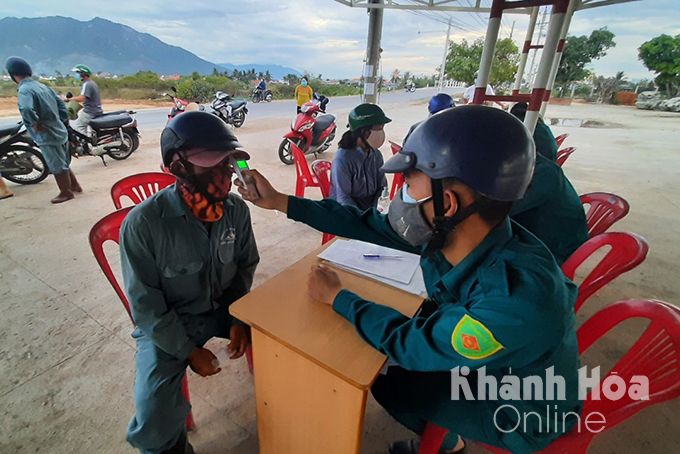 Checking body temperature of people in Ninh Thuy Ward on July 6 afternoon (Photo: Thai Thinh)