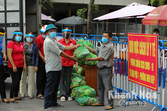 Ninh Hoa Red Cross providing donated necessaries to people in blockaded area…