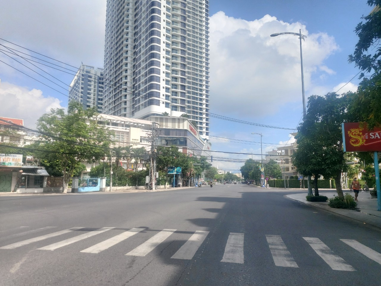 Mostly-deserted Le Thanh Ton Street