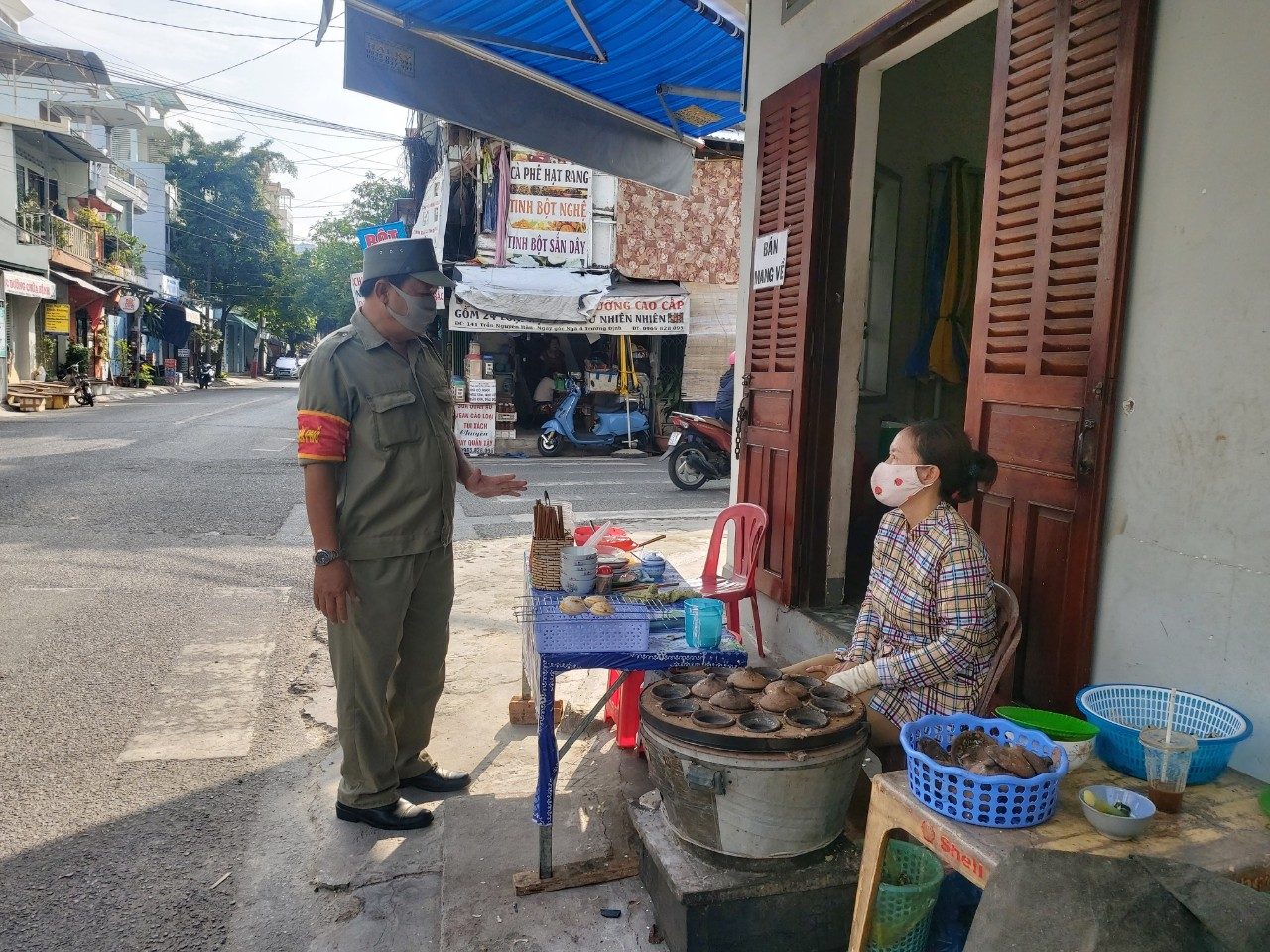 A functional staff member warning a food vendor about social distancing regulations