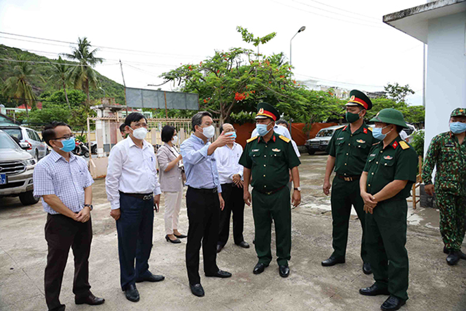 Nguyen Hai Ninh inspects the concentrated quarantine area of the Army at the dormitory of Khanh Hoa University