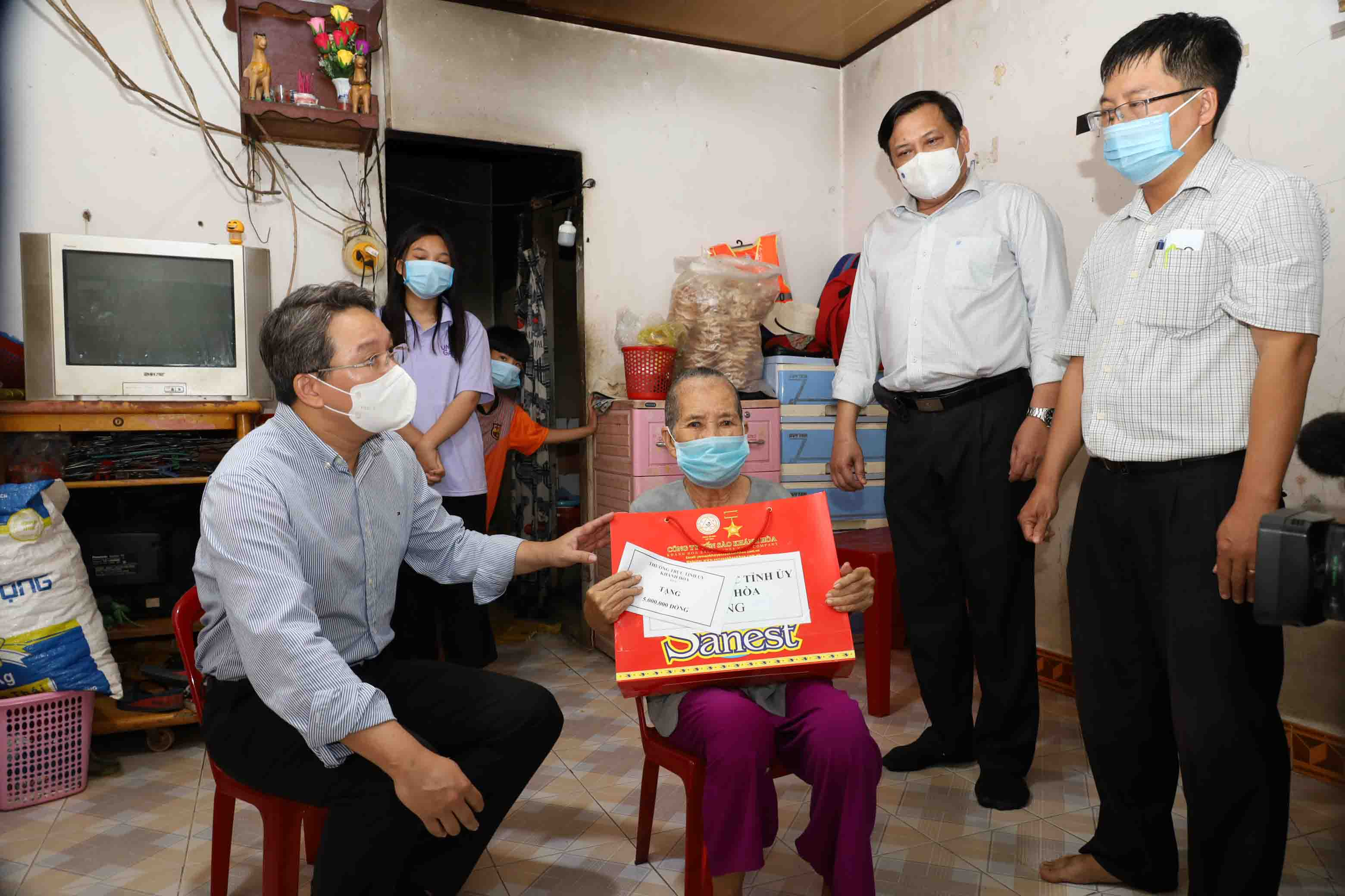 Nguyen Hai Ninh offers gift to family of Huynh Thi Ky, a poor household in Vinh Tho Ward