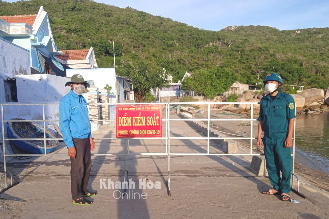 Youth Union members and youths of Van Thanh Commune are on duty at a checkpoint in blockade area of Khai Luong Village