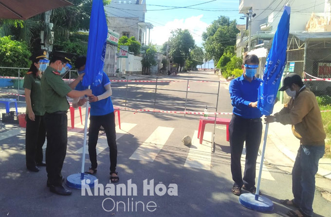 Van Ninh District Youth Union gives 30 big umbrellas to functional forces at checkpoints