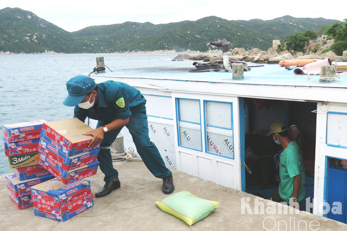 Youth Union members and youths help to transport food and necessities to people in blockade area of Khai Luong Hamlet