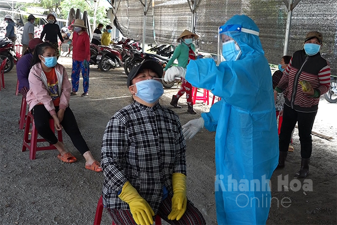 Rapid COVID-19 test for small traders in Ninh Hoa Town