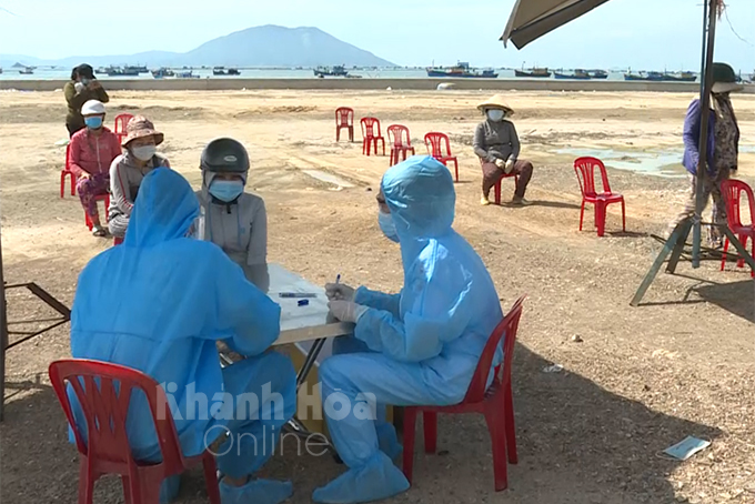 People in Van Ninh Commune are tested for COVID-19