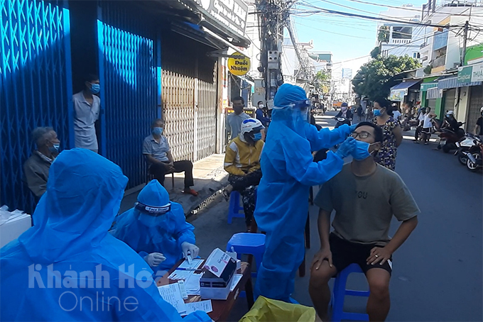 People in Phuoc Hoa Ward, Nha Trang City getting tested for COVID-19