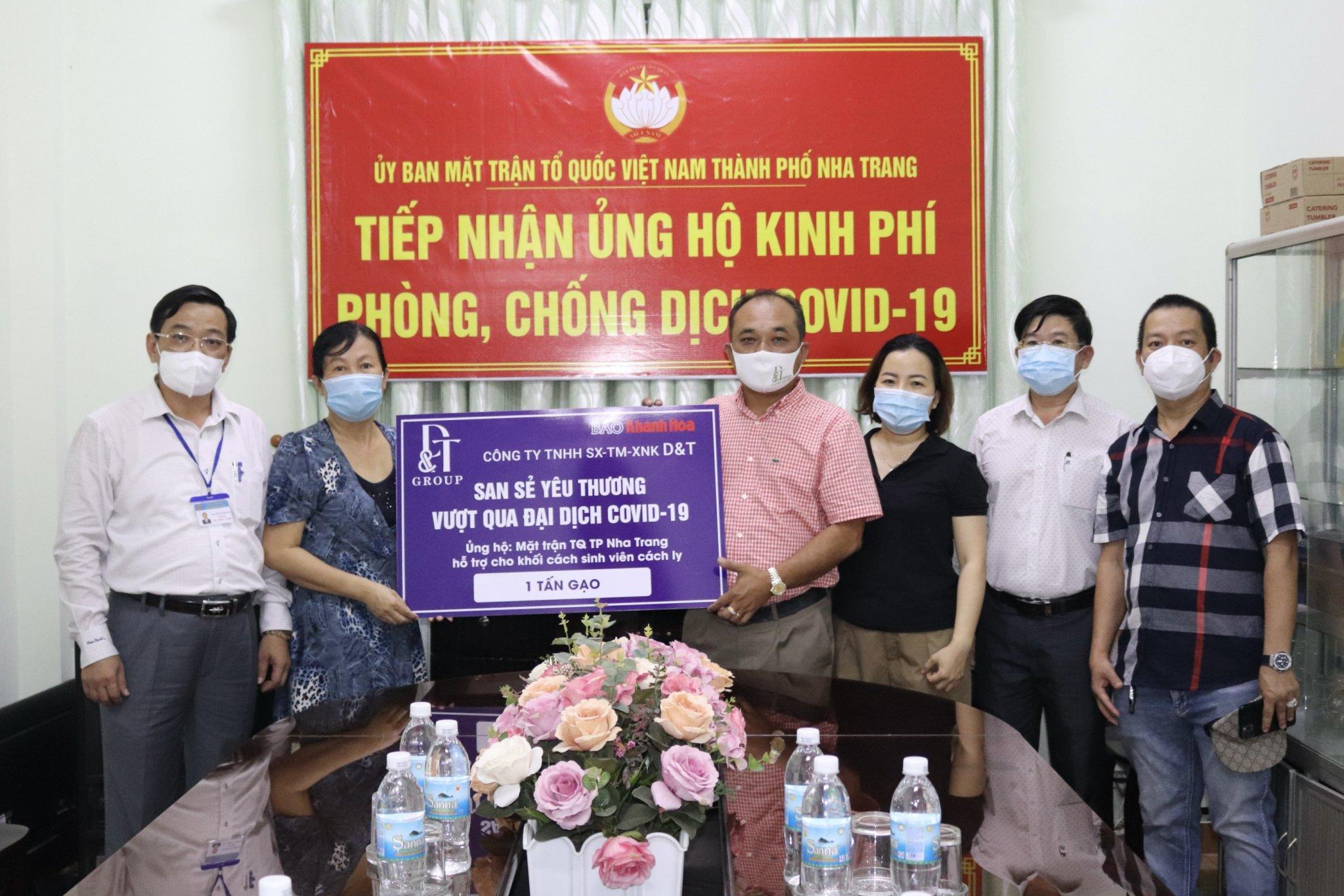 Delegation visiting and offering gifts at Nha Trang City's Vietnam Fatherland Front Committee