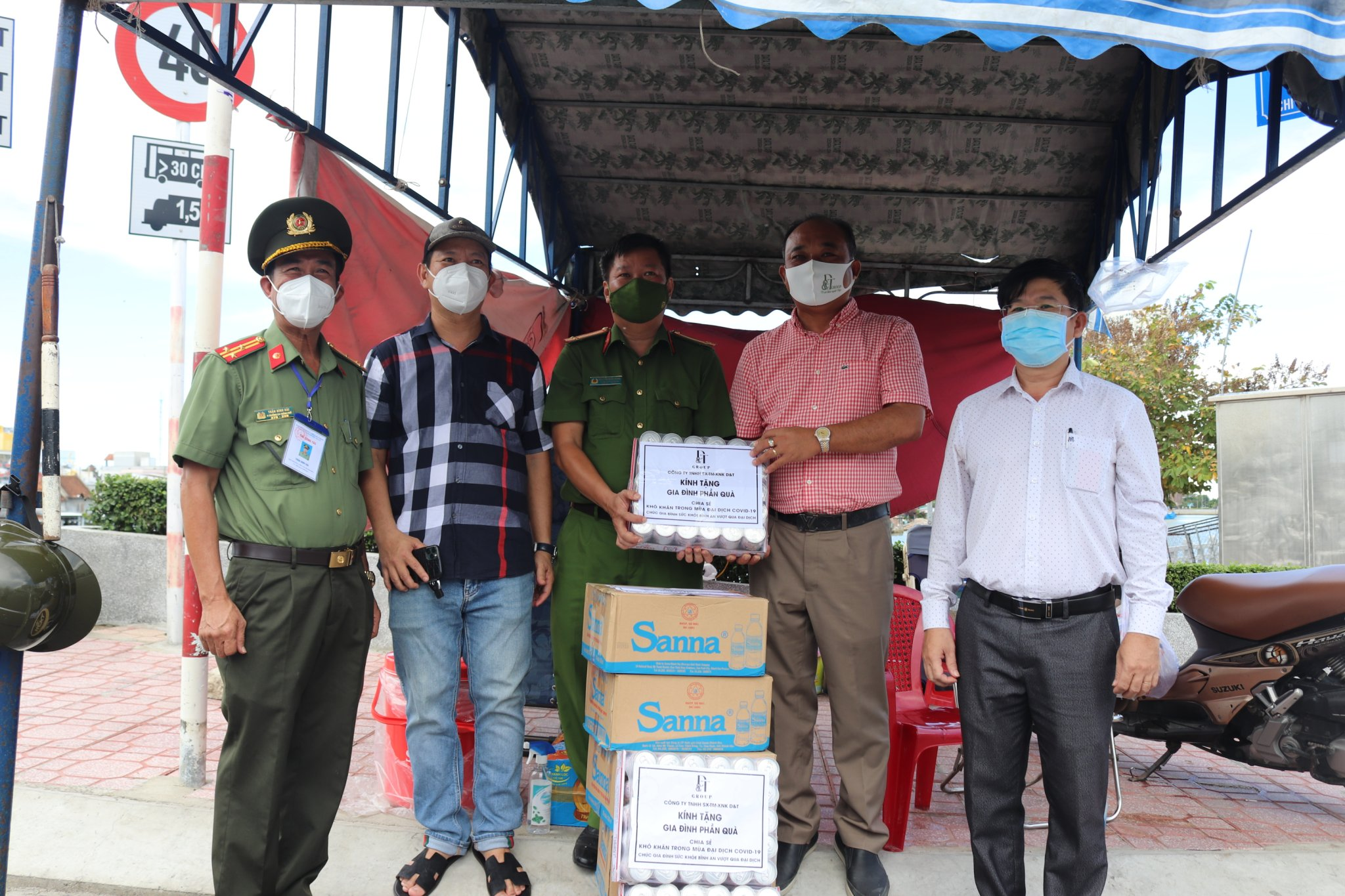 Delegation visiting and offering gifts to pandemic prevention and control force at Van Thang checkpoint, Nha Trang City