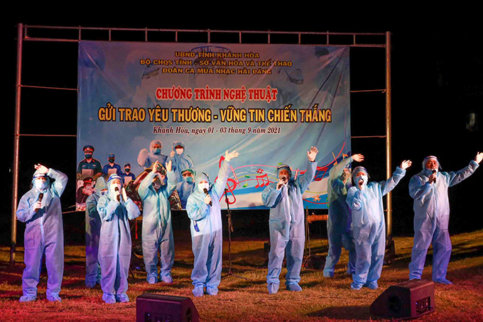 Artists of Hai Dang Song and Dance Troupe performing at centralized quarantine area