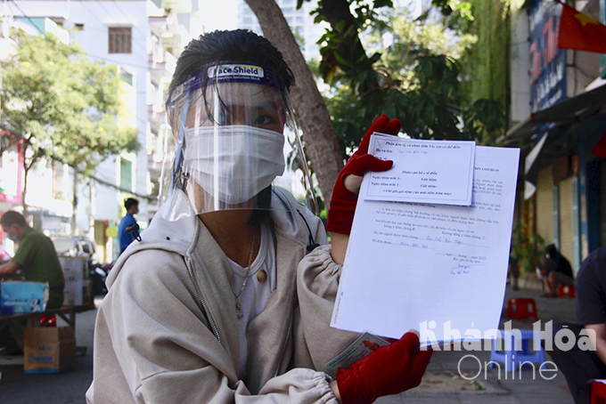 Cao Bao Ngoc (18 years old), Van Thang Ward, get first dose of Vero Cell vaccine