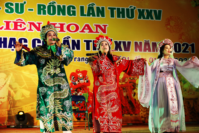 Artist Nguyen Thi Kim Chi (middle) is nominated for Meritorious Artist