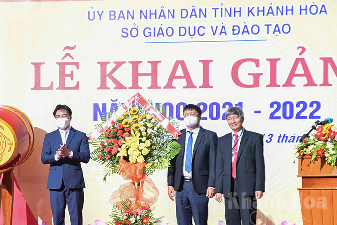 Nguyen Khac Toan (left) offering flowers to the province's education and training sector