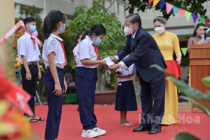Tran Ngoc Thanh offering ten scholarships to students with difficult circumstances