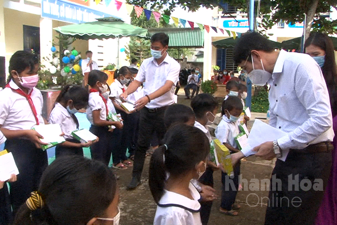 Dinh Van Thieu giving gifts to students in Ba Cum Bac Commune, Khanh Son District (Photo: Dinh Luan)
