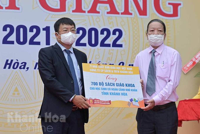 Khanh Hoa Book and School Equipment Company presenting 700 sets of 1st, 2nd and 6th grade textbooks to disadvantaged students