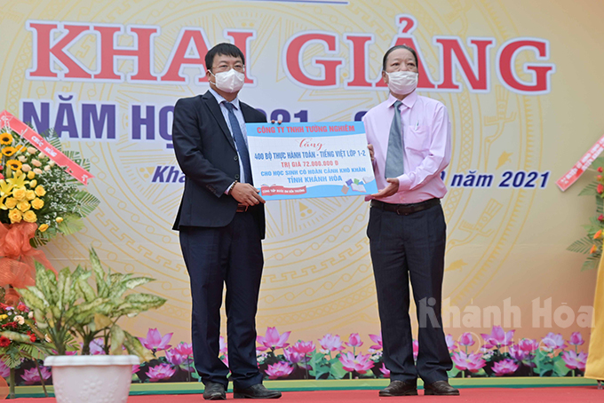 Tuong Nghiem Co., Ltd. offering 400 sets of learning materials to 1st and 2nd disadvantaged students in Khanh Hoa