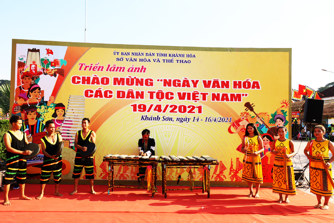 Raglai people in Khanh Son District performing traditional musical instruments (Photo: taken in April 2021)