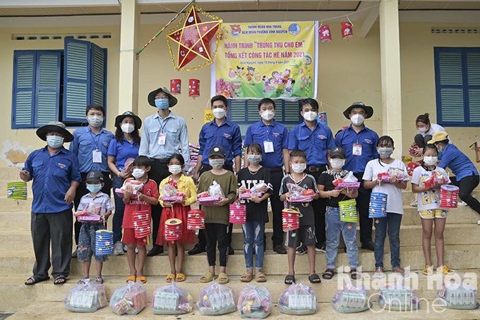 122 gifts were offered to the children on Vung Ngan Island. The gifts included lanterns, notebooks, milk, candies, etc.