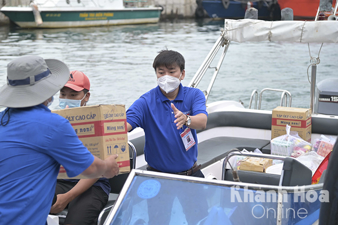 Transporting Mid-Autumn gifts from mainland to Vung Ngan Island