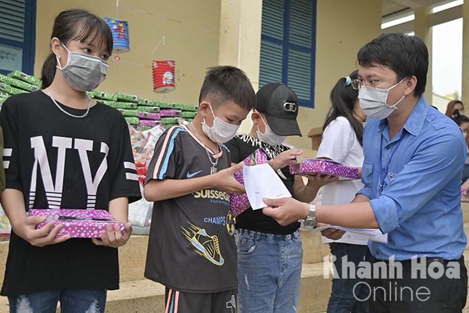 Nha Trang Youth Union offering gifts and scholarships to children with extremely difficult circumstances