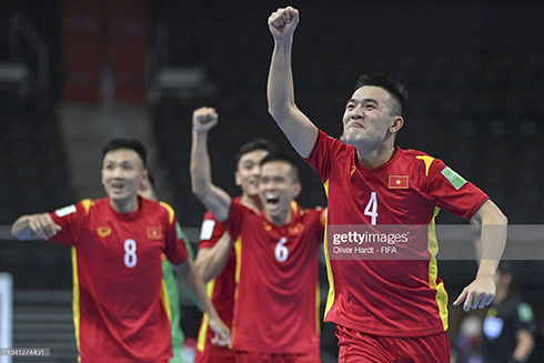 Vietnamese players celebrate progressing to the last 16 (Source: Gettyimages)